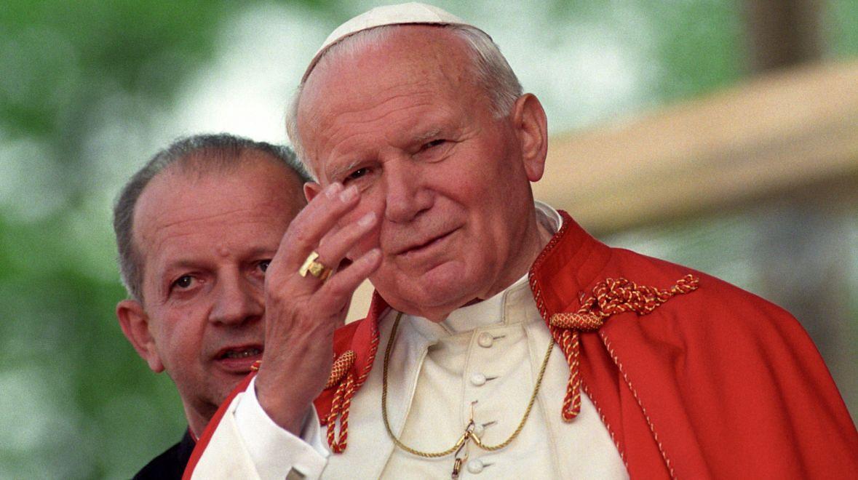 Papież Jan Paweł II i jego osobisty sekretarz ks. prałat Stanisław Dziwisz. V pielgrzymka do Polski. Żywiec, 22 maja 1995 roku