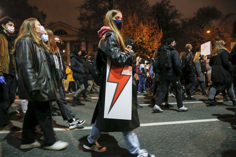 Protesty przeciwko ograniczeniu prawa do aborcji miały bardzo antykościelny wydźwięk - wiele osób uważa, że jedną z przyczyn decyzji rządzących są wpływy polityczne Kościoła katolickiego