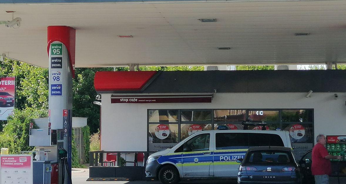 """Niemiecki radiowóz, niemieckie samochody - na przygranicznych stacjach nikogo to nie dziwi. W końcu na każdym litrze sąsiedzi zza Odry oszczędzają około złotówki. No i jest jeszcze ta """"wodka z trawa"""""""