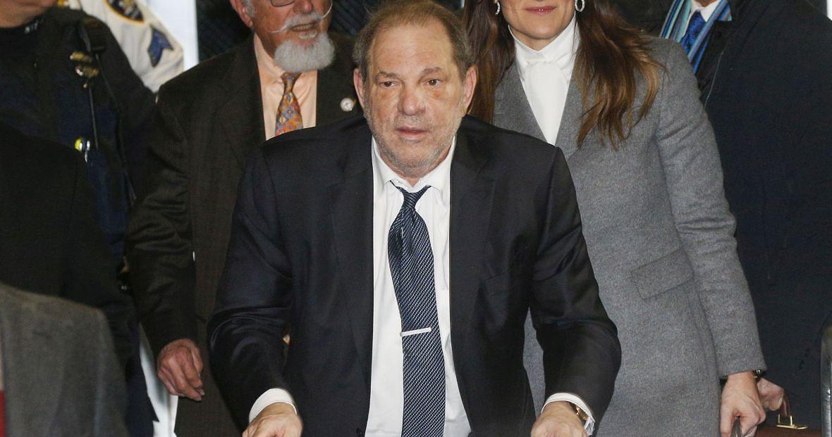Nowy Jork, 21 lutego 2020 roku. Harvey Weinstein wychodzi z sądu. Właśnie przyznał się do pięciu aktów gwałtu i napaści na tle seksualnym. W kilka tygodni później został skazany na 23 lata więzienia