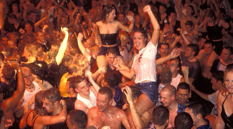 Jeden z klubów nocnych na Ibizie. Do takich zabaw, jak ta z lipca 2000 roku, prędko nie powrócimy