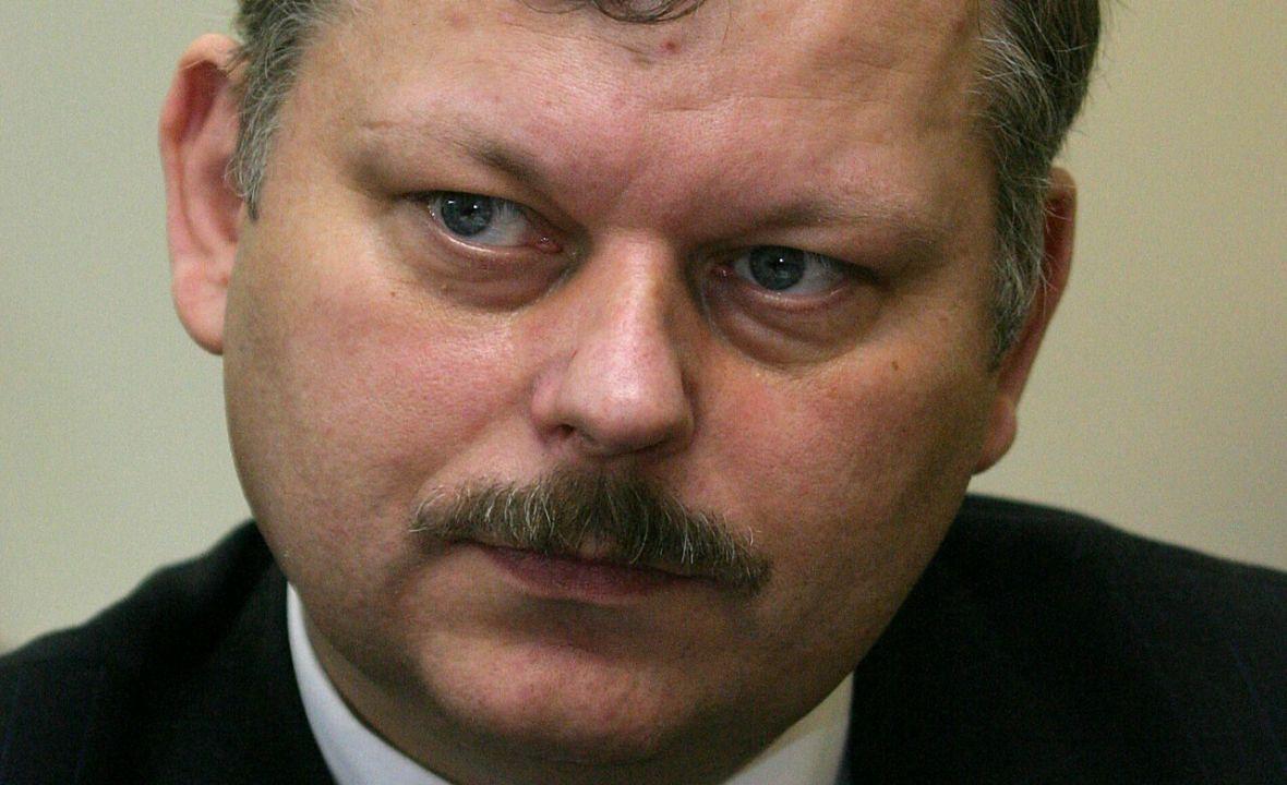 """Marek Suski podczas konferencja Komisji Skarbu Państwa w wytworni wódek """"Koneser """". Styczeń 2005 roku. Wtedy poseł jeszcze nosił wąsy. Zgolił je, gdy zaczęły mu siwieć w pionowe pasy"""