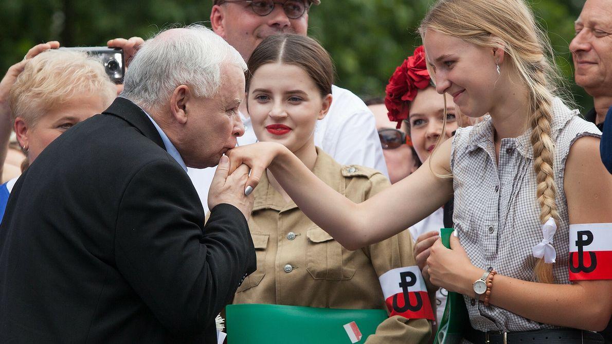 Jarosław Kaczyński jest znany z maniery całowania kobiet i dziewcząt w rękę