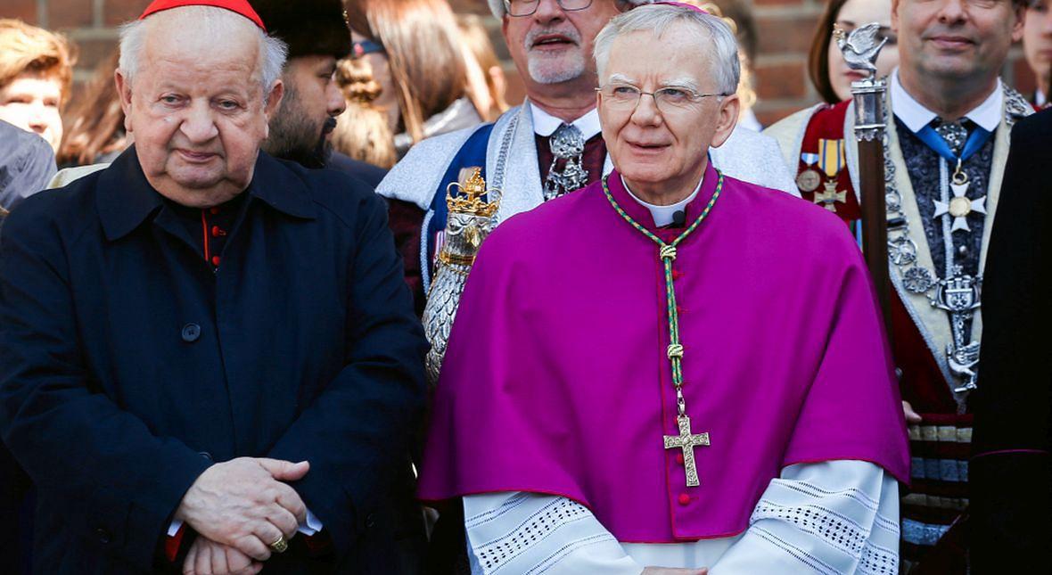 Kardynał Stanisław Dziwisz i abp metropolita krakowski Marek Jędraszewski podczas świecenia koszyków wielkanocnych. Kwiecień 2019 roku