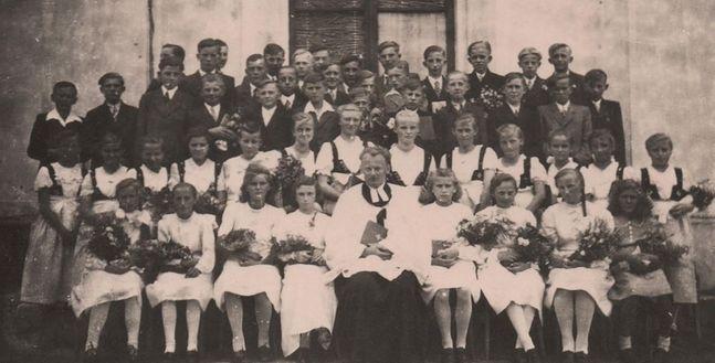 Ojciec pana Andrzeja, ks. Gustaw Molin z grupą młodzieży po konfirmacji (to akt uznania dojrzałości chrześcijańskiej, który nie ma charakteru sakramentu). Prawdopodobnie wczesne lata 60.