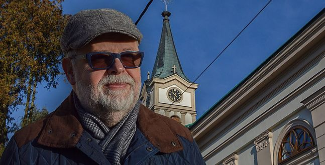 Andrzej Molin przed kościołem w Wiśle