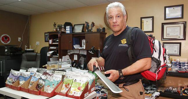 Prekursorami wsród preppersów są Amerykanie. David D'Eugenio, założyciel HomeSafety Academy, który prowadzi zajęcia przygotowujące do katastroficznych wydarzeń. Pozuje z maczetą, która będzie używana do polowania, obrony lub przetrwania oraz plecak zawierający lekarstwa i zapasy żywności