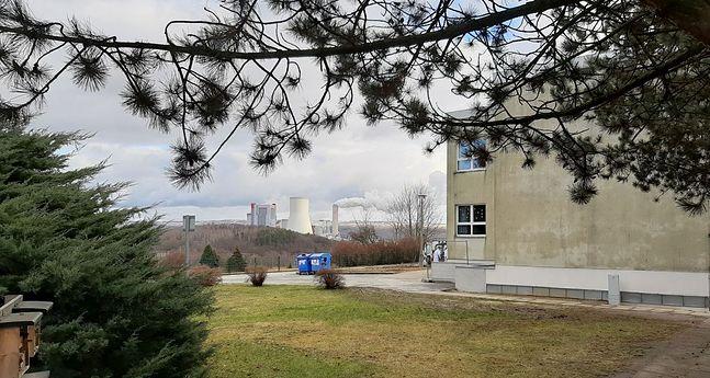 Chmurę dymu z elektrowni codziennie obserwują dzieci ze szkoły podstawowej w położonym na wzniesieniu niemieckiego Hirschfelde