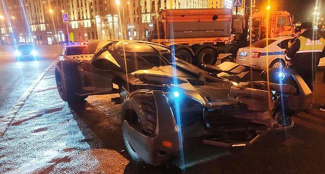 Moskiewscy policjanci maja problem z Batmobilem. Wehikuł nie tablic rejestracyjnych, a dodatkowo  niestandardowe są jego rozmiary