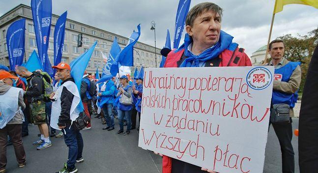 Ukraińcy podejmowali się pracy, której nie chcieli Polacy. Nie znaczy to, że akceptowali nierówności płacowe. Na zdjęciu demonstracja OPZZ w Warszawie. Wrzesień 2018 roku