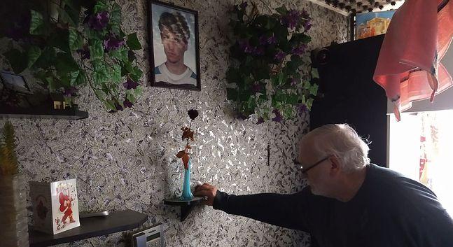 Na półeczce uschnięta róża, symbol miłości i tęsknoty za synem. To w tym miejscu, co roku, każdego 29 października (tego dnia 1972 roku urodził się Robert) i 1 listopada Lech Wójtowicz zapala świeczkę.